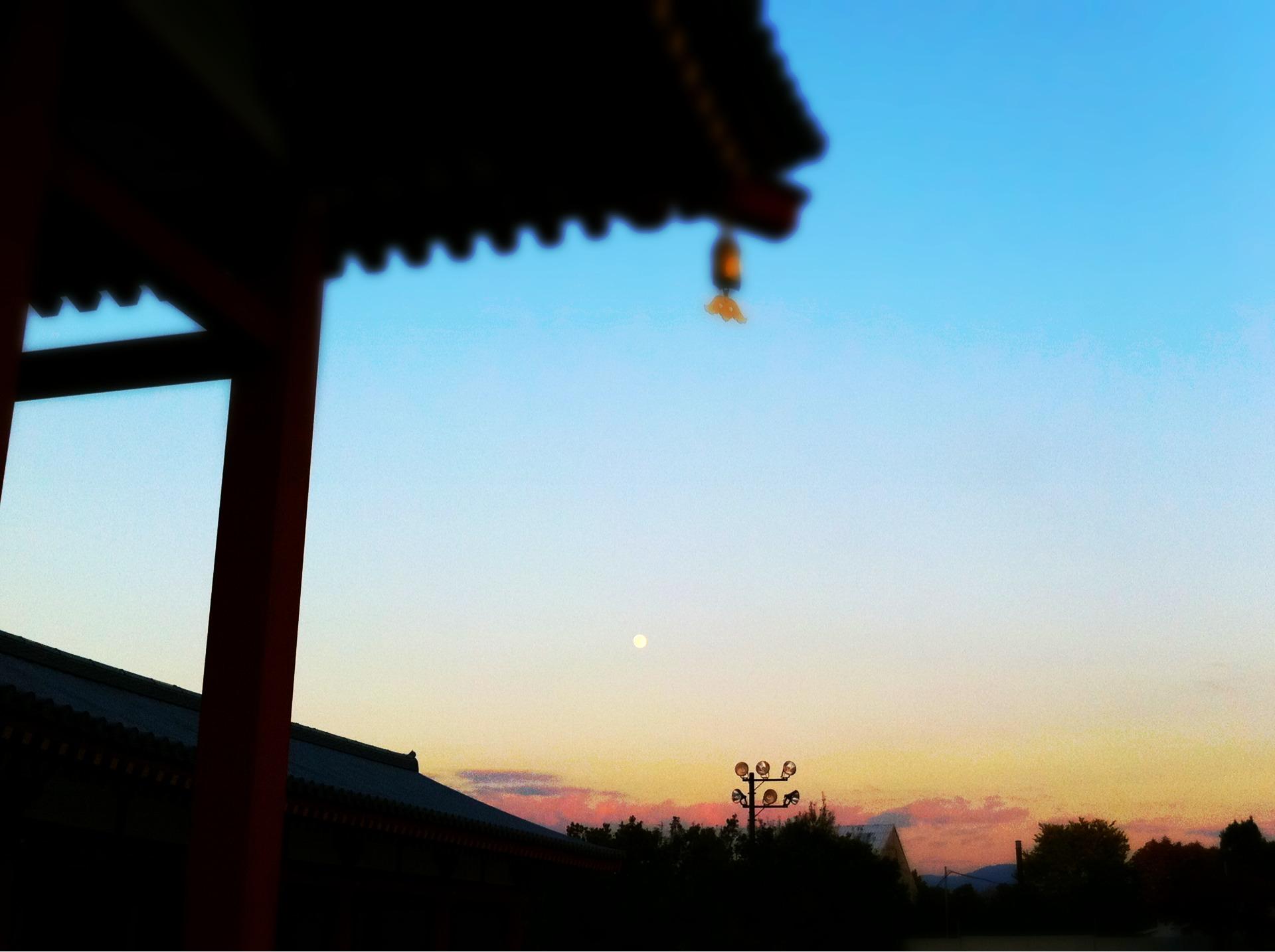 薬師寺には月が昇っていました